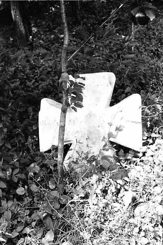 1991 р. старий хрест біля церкви