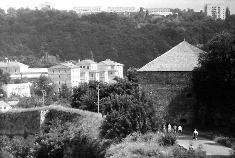 1991 р. Віттові казарми і Нова Східна башта Старого замку. Вигляд з північного заходу