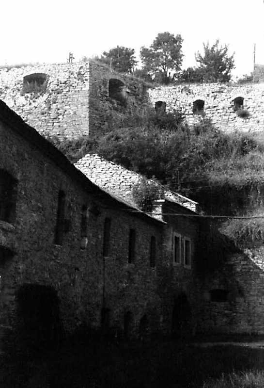 1991 р. Вгорі – мур укріплень над…