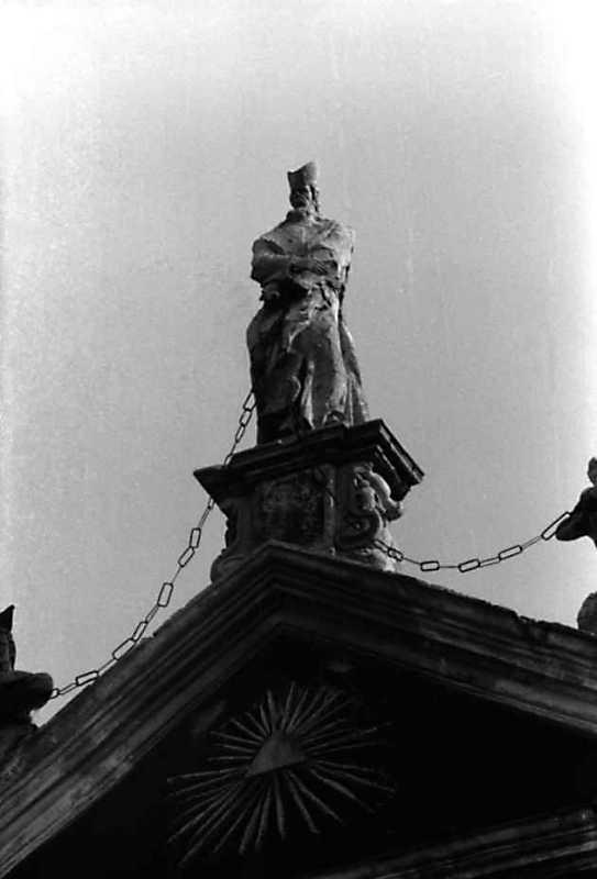 1991 р. Центральна скульптура на…