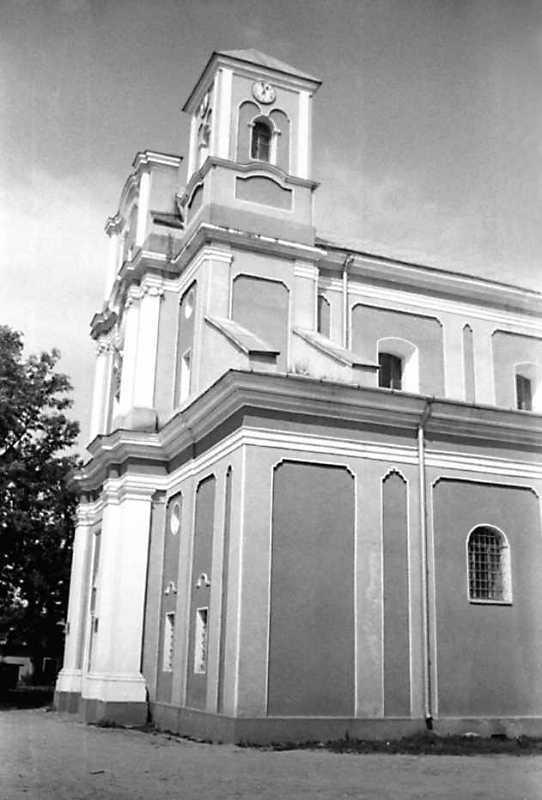 1991 р. Головний фасад в ракурсі.…