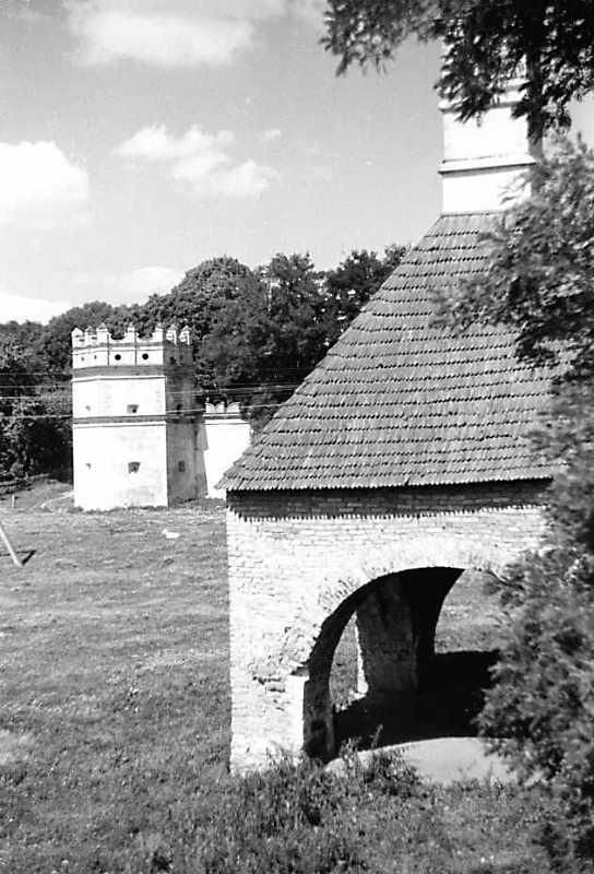 1991 р. Піч на тлі монастиря. Вигляд з…