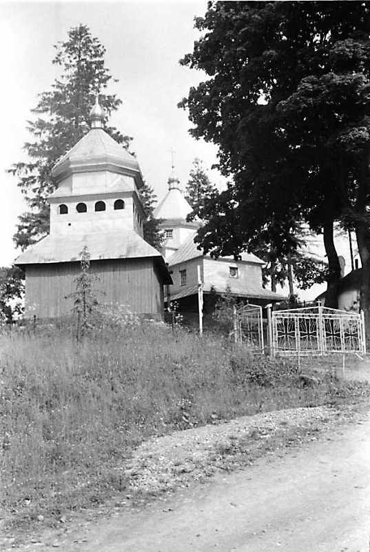 1992 р. Дзвіниця і церква. Вигляд із…