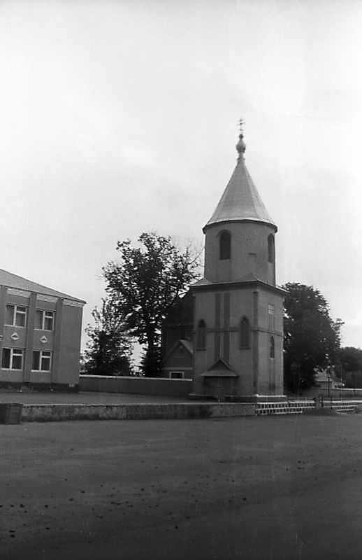 1992 р. Дзвіниця і церква. Вигляд з південного заходу