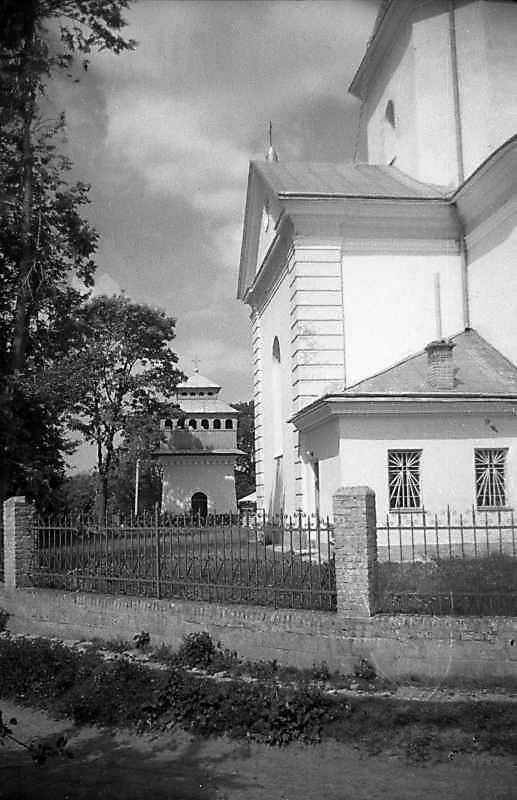 1993 р. Дзвіниця і бічне рамено церкви. Вигляд зі сходу