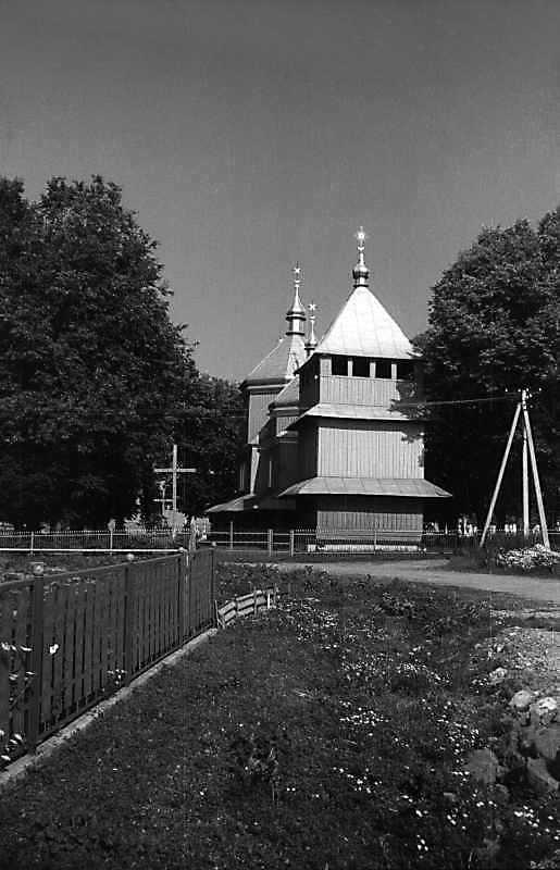 1993 р. Дзвіниця та церква. Вигляд із…
