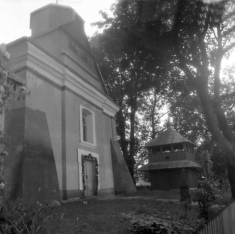 1993 р. Чільний фасад церкви та…