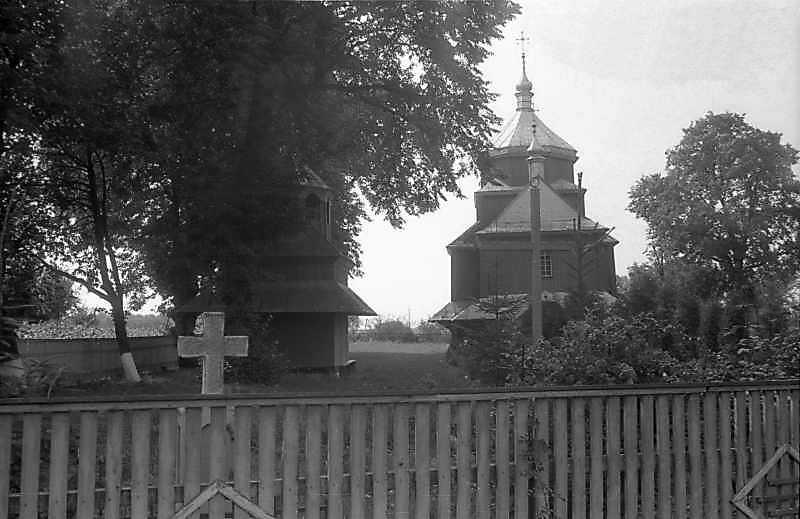 1993 р. Дзвіниця і церква. Вигляд з позиції С3