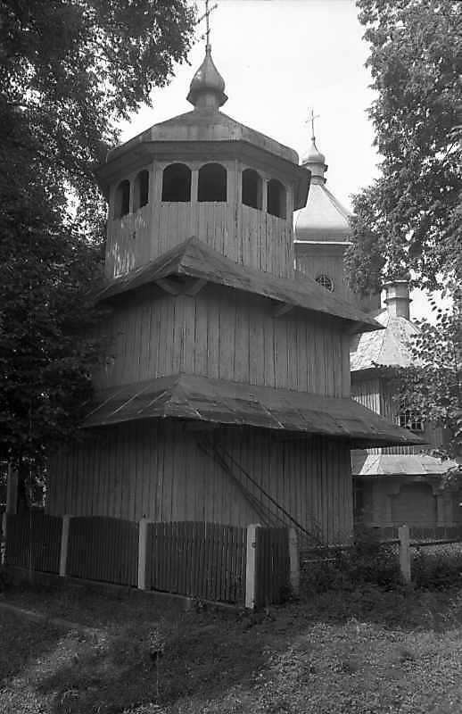 1993 р. Дзвіниця на тлі церкви. Вигляд…