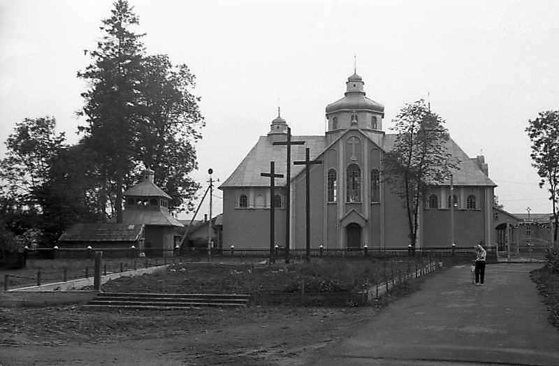 1993 р. Дзвіниця та церква. Вигляд з півночі