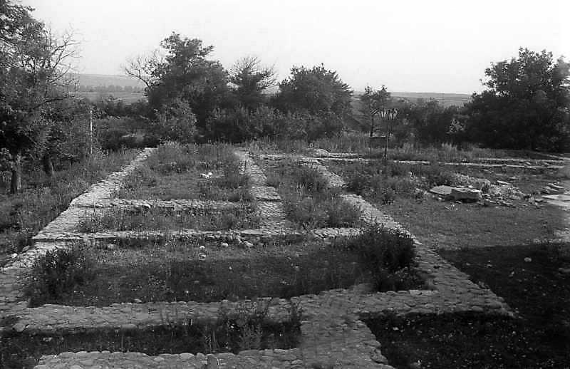 1994 р. Фундаменти корпусу келій. Вигляд з півночі