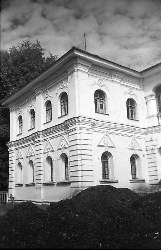 1994 р. Бічний фасад і фрагмент головного фасаду