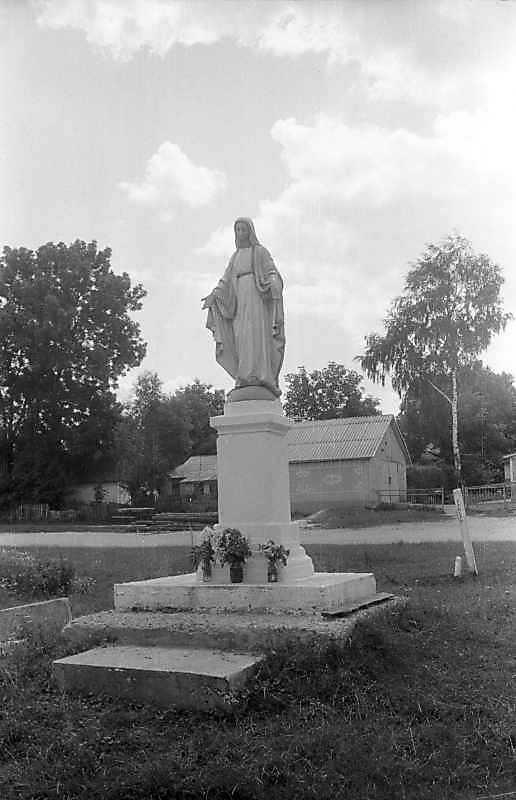 1995 р. Фігура Богородиці на головній вулиці.