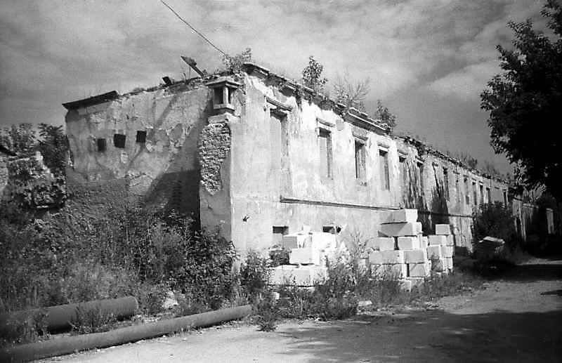 1995 р. Будинок на північ від костелу.…