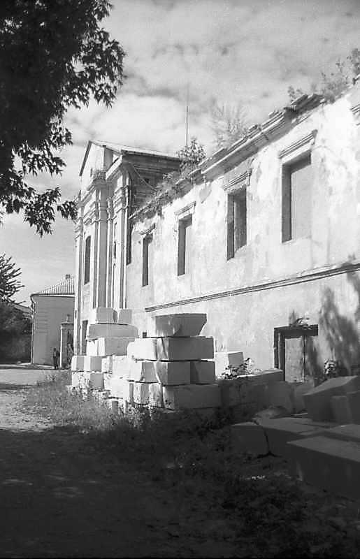 1995 р. Костел та будинок на північ від нього. Вигляд з півночі