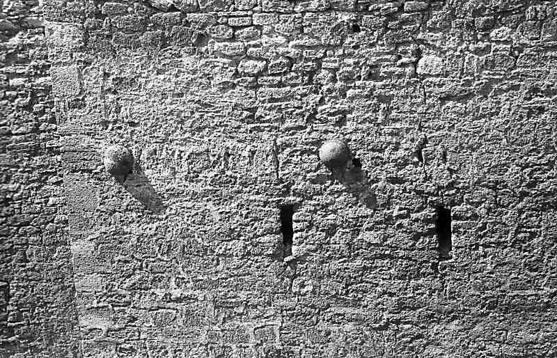 1995 р. Ядра, вмуровані у нижню башту. Вигляд зі сходу