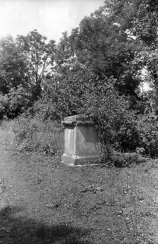1996 р. Постамент біля костелу