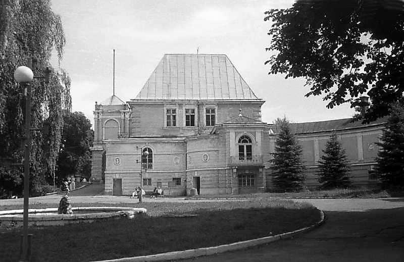 1997 р. Західний фасад центрального корпусу і галерея. Вигляд із заходу