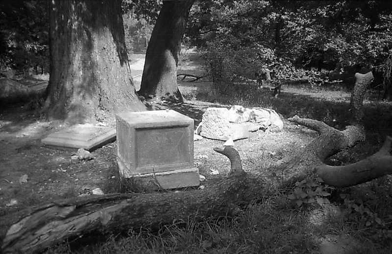 1997 р. Зруйнована фігура рицаря біля…