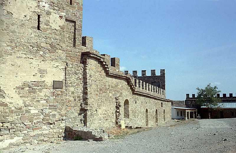 2001 р. Мур між баштами Коррадо Чікало…