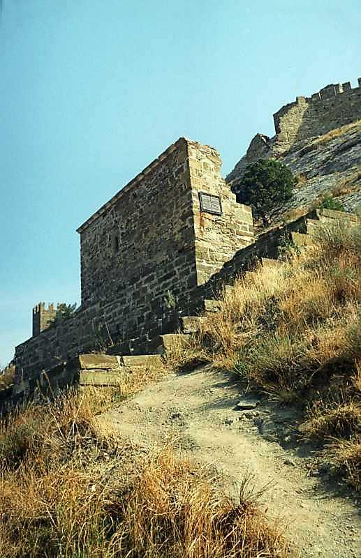 2001 р. Загальний вигляд з північного заходу на тлі башт № 1 та 2