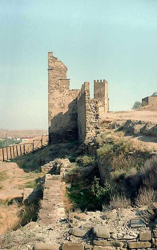 2001 р. Зруйнована ділянка муру, башти…