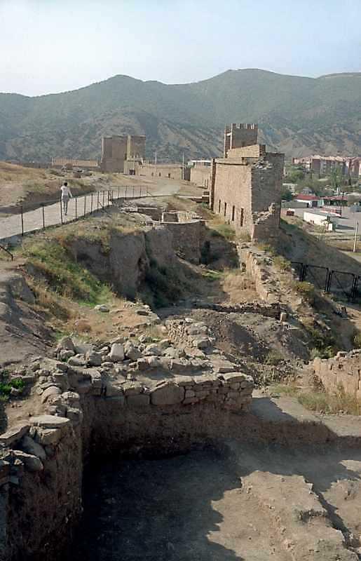 2001 р. Зруйнована ділянка муру, вірменська церква, головна брама. Вигляд зі сходу