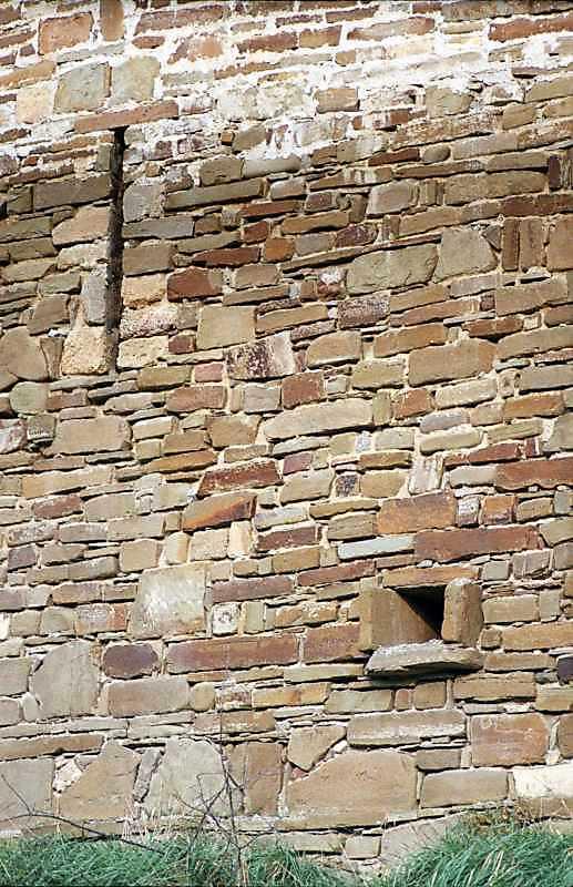 2002 р. Бійниця та водоскид в мурі між…