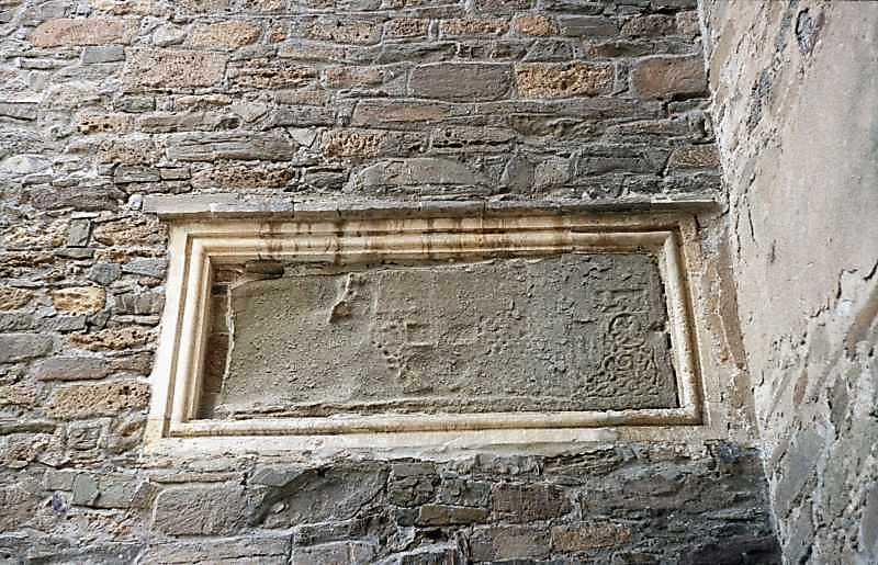 2002 р. Плита з будівельним написом на…