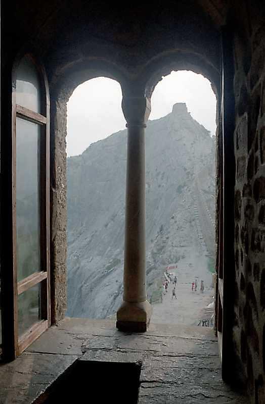 2002 р. Інтер'єр вікна в західній…