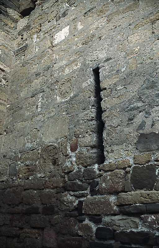 2002 р. Бійниця та розетки у східній стіні