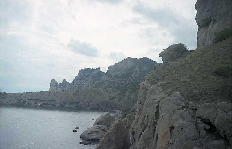 Урвище і химерна скеля-голова