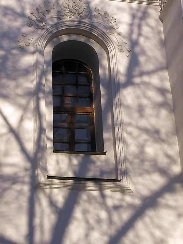 2004 р. Вікно північного прясла західного фасаду. Вигляд з заходу