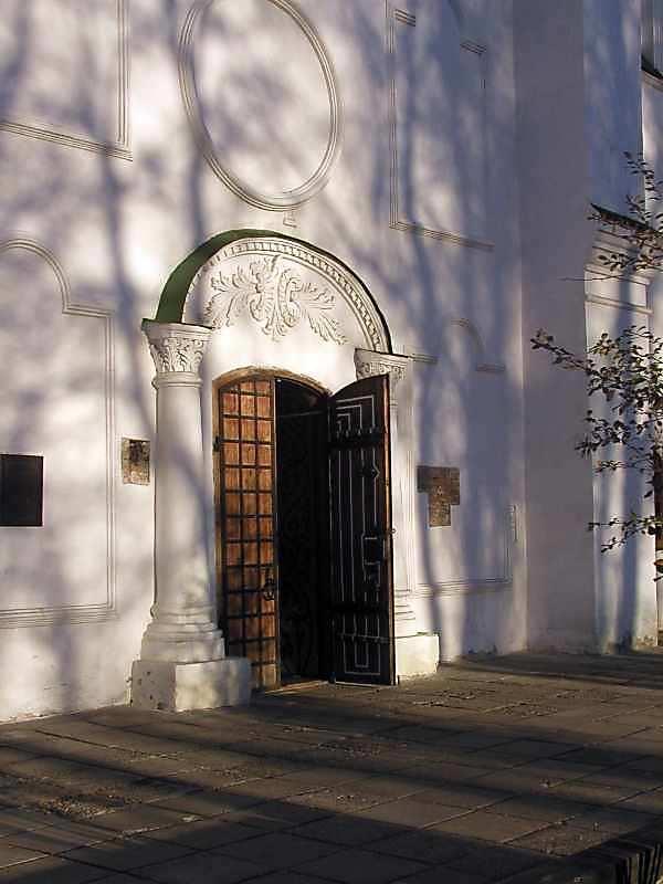 2004 р. Портал західного фасаду. Вигляд з північного заходу