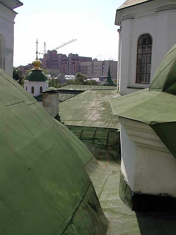 2005 р. Жолоб на північний схід від південної групи куполів над хорами. Вигляд з північного…
