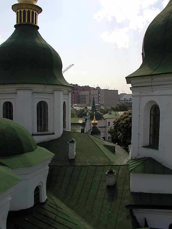 2005 р. Куполи собору, трапезна, південно-східна башта і чекістський будинок. Вигляд з…