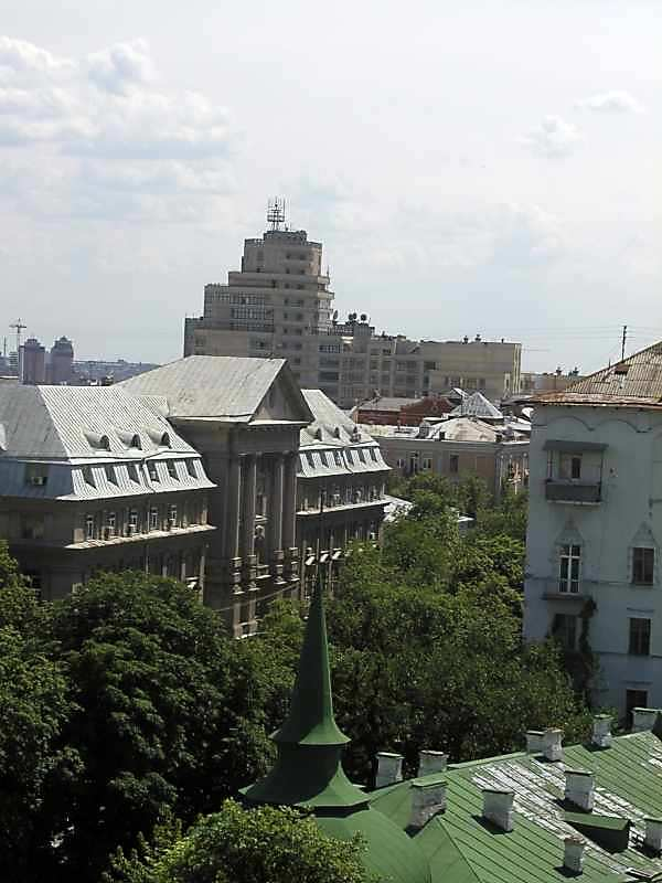 2005 р. Будинок СБУ (Володимирська, 33) на тлі колосального офісного центру (Володимирська, 49)
