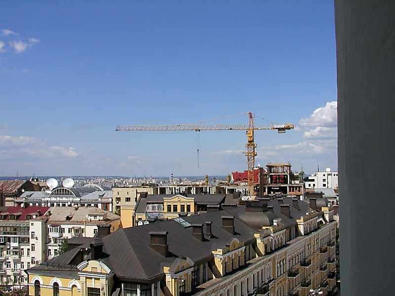 2005 р. На передньому плані – верхня частина будинків по вул.Володимирській, 22, 20