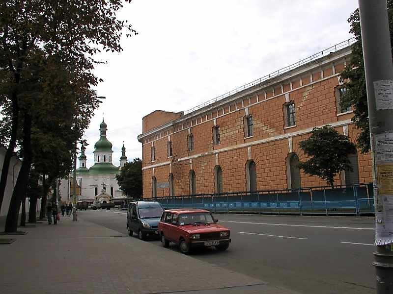 2005 р. Церква св.Феодосія і фрагмент фасаду Арсеналу