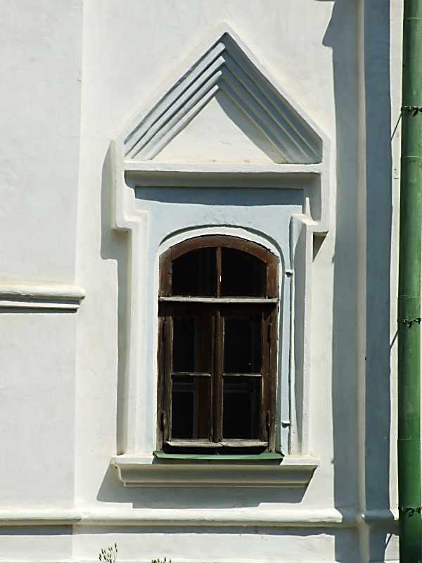 Східне вікно південної стіни вівтаря