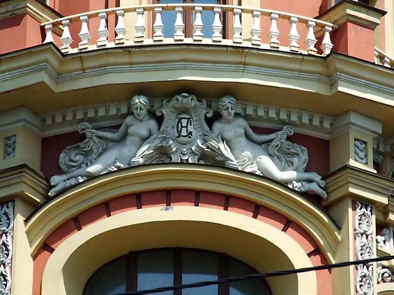Скульптурна група з гербом