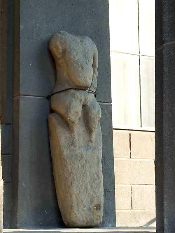 2007 р. Кам'яна антропоморфна стела (праворуч від входу)