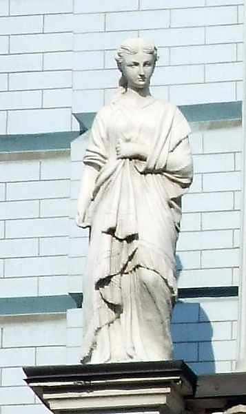 Скульптура дівчини (зліва)