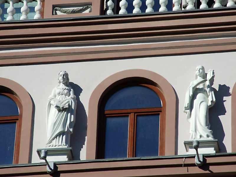 Фрагмент 5-го поверху зі скульптурами Історії (?) та Архітектури