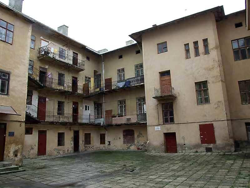 2007 р. Вигляд з боку двору (праворуч – будинок по вул.І.Федорова, 11)