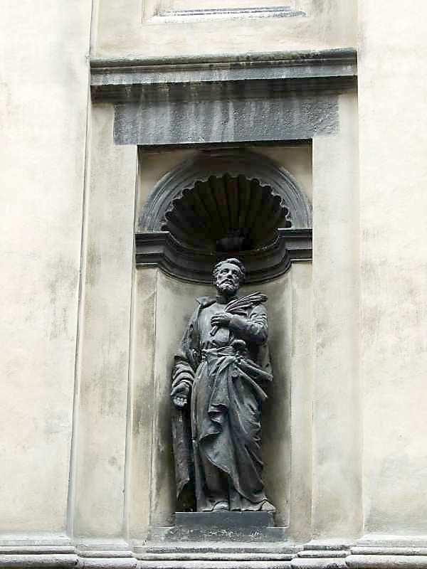 2007 р. Скульптура святого в ніші…