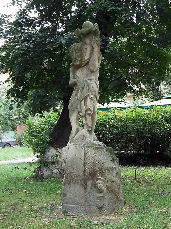 2007 р. Св.Христофор. Паркова скульптура поруч з церквою