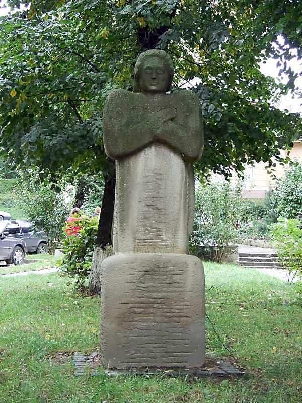 2007 р. Св. ? Паркова скульптура поруч з церквою
