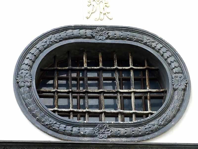 Вікно над лівим порталом