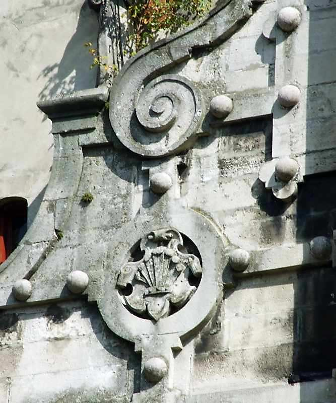 Герб з вінцем і пір'ями